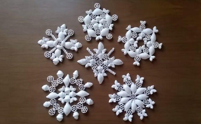 снежинки из макарон, мастер-класс на фото 1